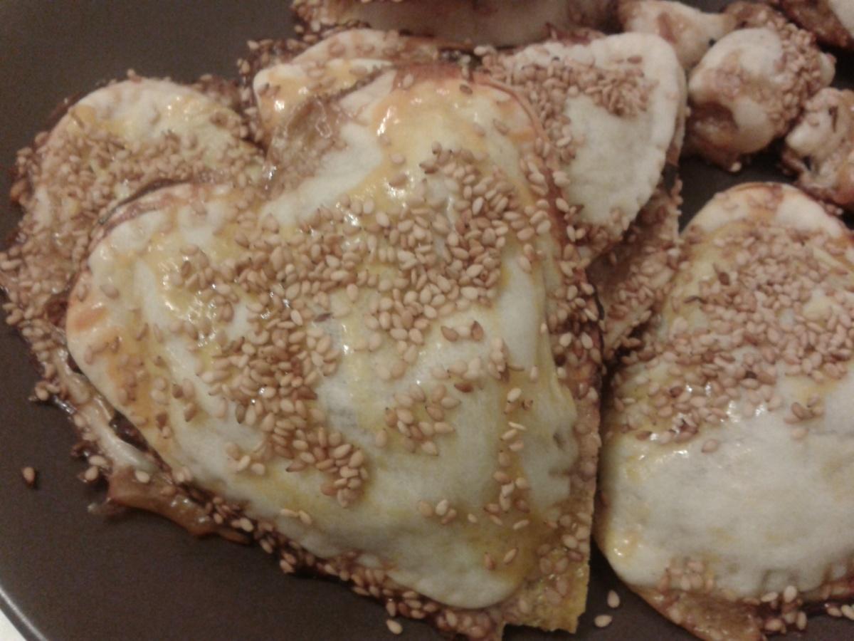 Pasta brisa amb ceba, bolets, formatge (i un toc de sal de tòfona i sèsam)