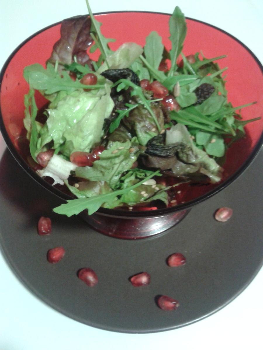Amanida de tardor amb magrana, panses, sèsam i pipes torrades (amb vinagreta de magrana)