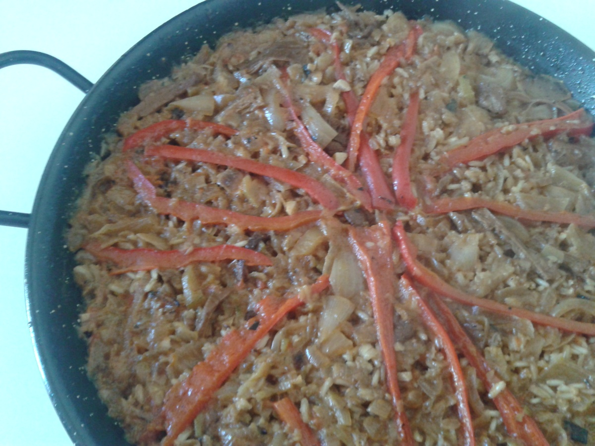 Paella de verdures i bolets amb arròs integral i sèsam negre