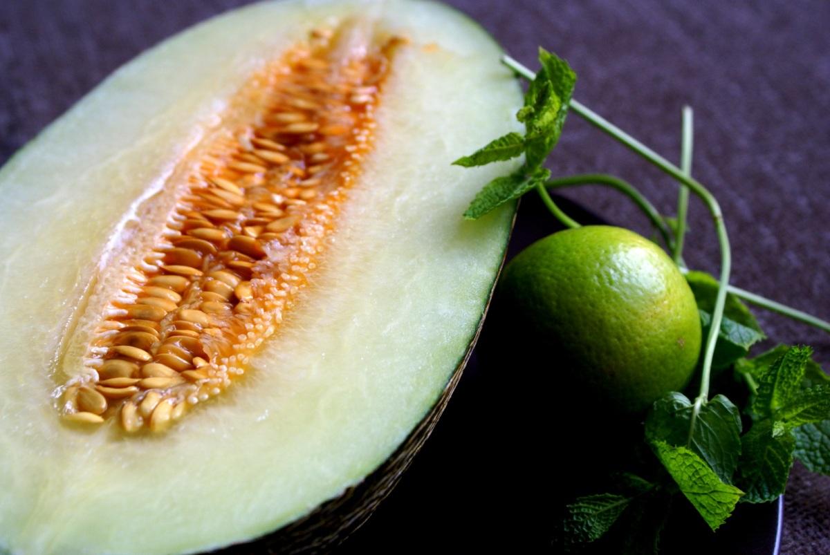 Beguda suau de meló amb menta i un toc de llima (sense sucre)