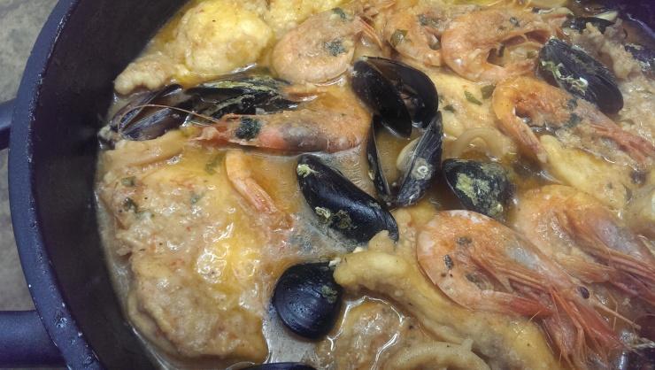 quecuinoavui sarsuela de peix i marsic de rap, calamars gambes i musclos